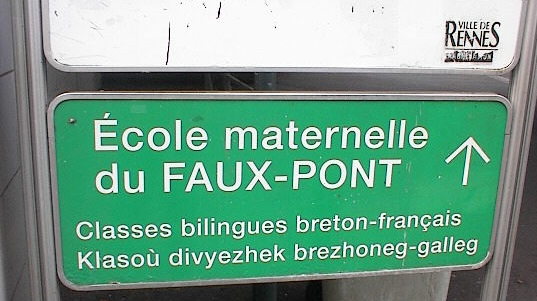 Sign in French and Breton in Rennes, outside a school with bilingual classes