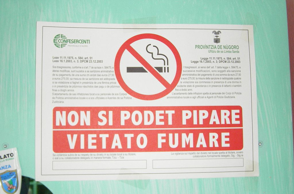 A no-smoking sign in both Sardinian and Italian.